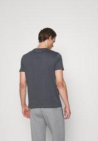 Emporio Armani - Print T-shirt - carbone - 2