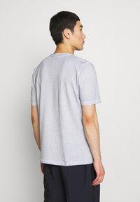 Folk - CONTRAST SLEEVE TEE - Print T-shirt - cold dye mist - 2