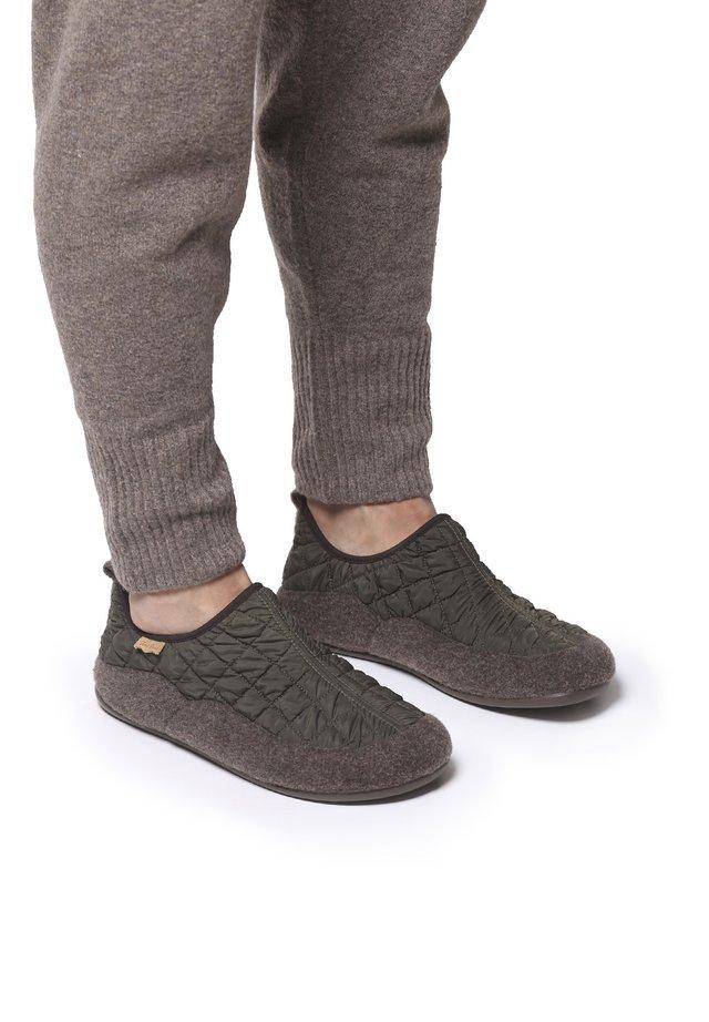 NIL-UM - Slippers - caqui