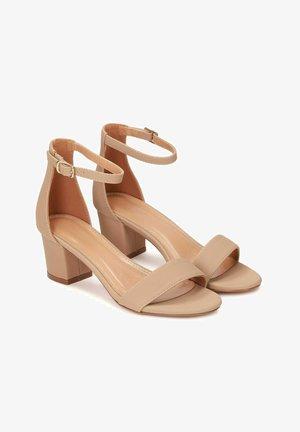 MAKIRA - Sandalen met enkelbandjes - beige