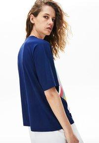 Lacoste - TEE - T-shirt imprimé - bleu marine - 2