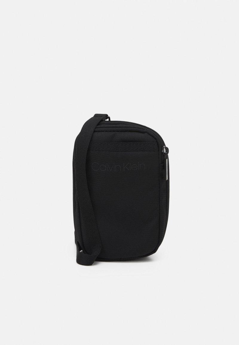 Calvin Klein - EXPANDABLE FLATPACK UNISEX - Taška spříčným popruhem - black