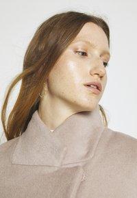 Bruuns Bazaar - JASMINA PERLE COAT - Klasický kabát - roasted grey khaki - 3