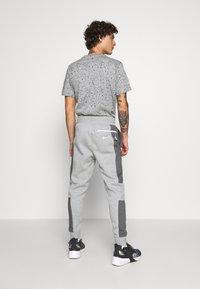 Nike Sportswear - M NSW NIKE AIR PANT FLC - Teplákové kalhoty - dark grey heather/charcoal heather/white - 2