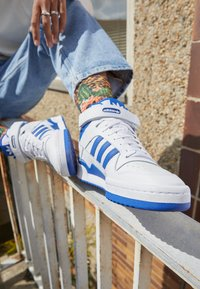 adidas Originals - FORUM MID UNISEX - High-top trainers - ftwr white/team royal blue/ftwr white - 2