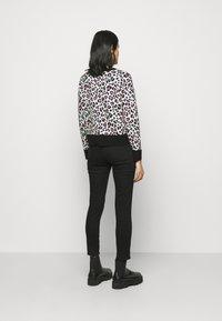 DKNY - LEOPARD CREWNECK  - Jumper - ivory black pink icing - 2