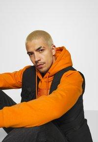 Karl Kani - SMALL SIGNATURE BOX HOODIE UNISEX  - Sweatshirt - orange - 3