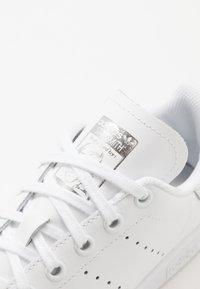 adidas Originals - STAN SMITH - Sneakersy niskie - footwear white/silver metallic - 2