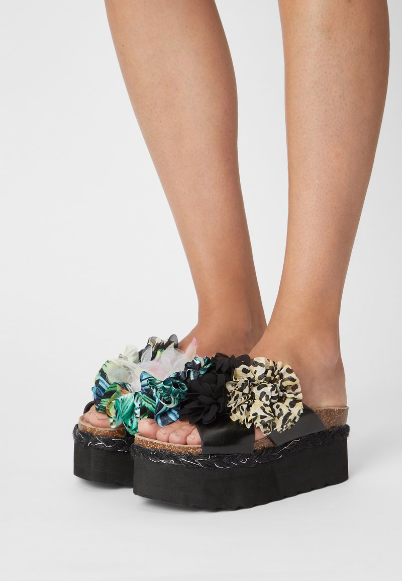 Colors of California - BES WITH FLOWER MIX - Mules à talons - black
