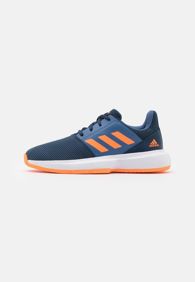 adidas Performance - COURTJAM XJ UNISEX - Zapatillas de tenis para todas las superficies - crew navy/orange/crew blue