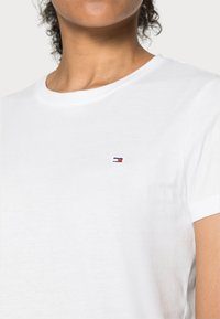 Tommy Hilfiger - HERITAGE CREW NECK TEE - T-shirt basic - classic white - 4