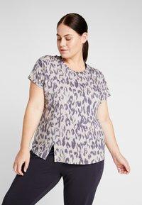 YOGA CURVES - SLIT - Camiseta estampada - sand - 0