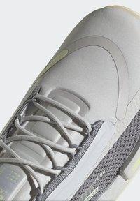 adidas Originals - NMD_R1 SPECTOO UNISEX - Sneakersy niskie - grey one/grey three/yellow tint - 9