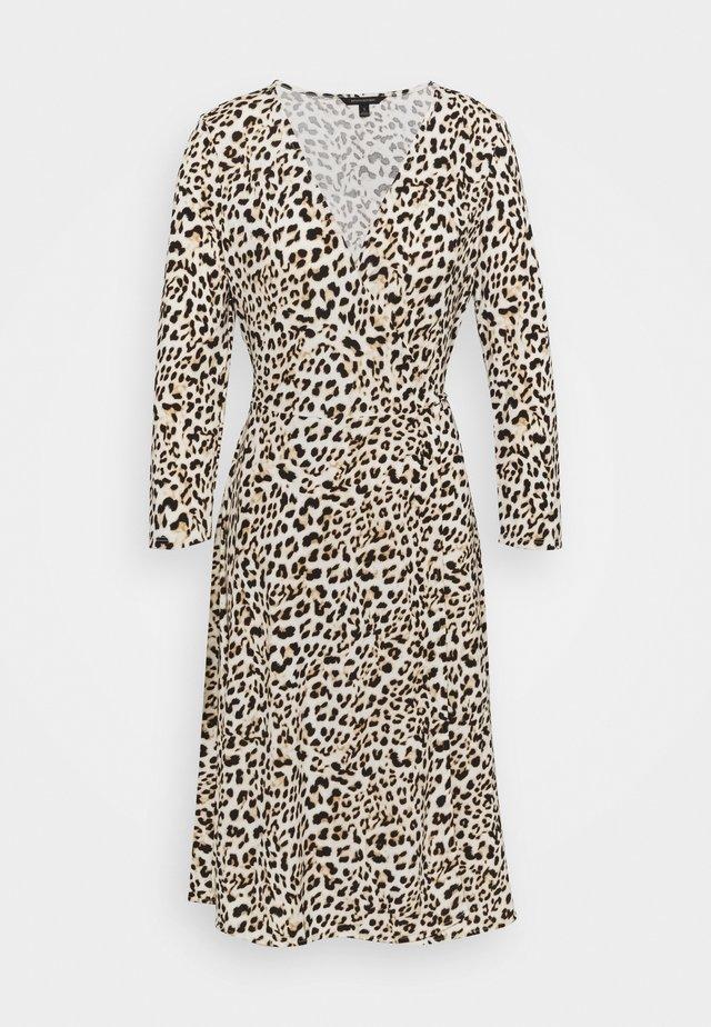 MATTE WRAP - Sukienka letnia - cheetah