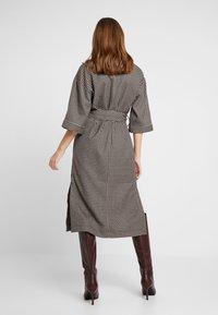 And Less - CAJA DRESS - Maxi šaty - caviar - 2