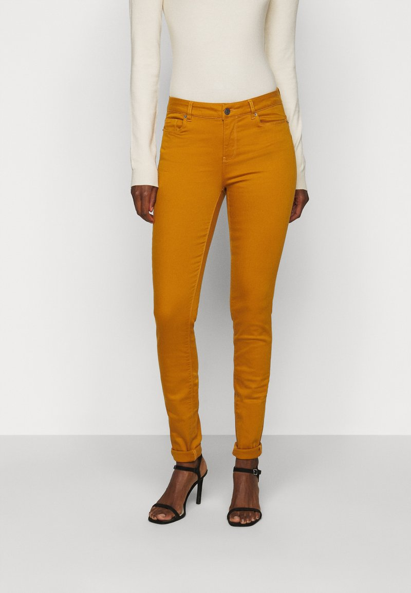 Vero Moda Tall - VMHOT SEVEN MR SLIM PUSH UP PANT - Trousers - buckthorn brown