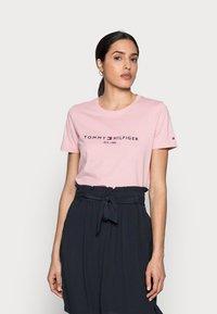 Tommy Hilfiger - REGULAR HILFIGER TEE - Print T-shirt - pink - 0