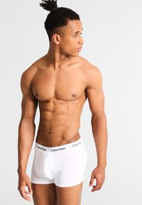 Calvin Klein Underwear - LOW RISE TRUNK 3 PACK - Pants - white/red ginger - 3