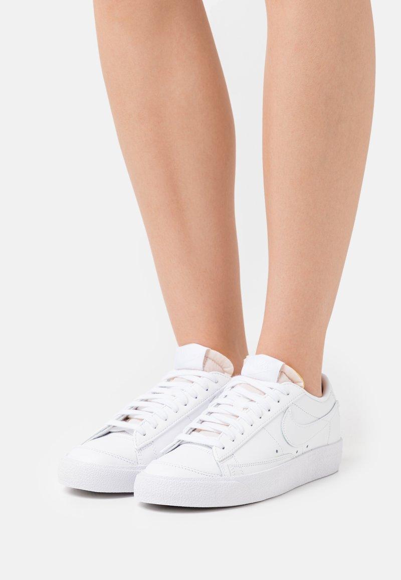 Nike Sportswear - BLAZER '77 - Baskets basses - white