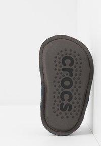 Crocs - CLASSIC - Domácí obuv - navy - 5