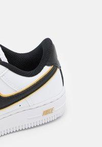 Nike Sportswear - FORCE 1 LV8 UNISEX - Sneakers basse - white/black/metallic gold - 5
