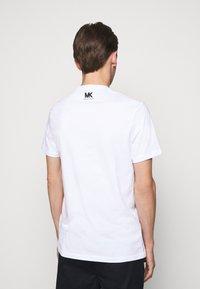 Michael Kors - TARGET TEE - Print T-shirt - white - 2
