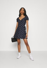 Hollister Co. - SPRING FLOATER WRAP DRESS - Day dress - navy floral - 1