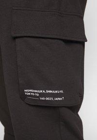 Only & Sons - KENDRICK CHINO PRINT  - Teplákové kalhoty - black - 3