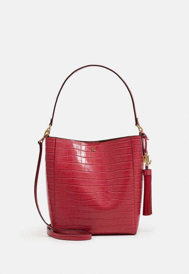 ADLEY SHOULDER - Handtasche - ruby