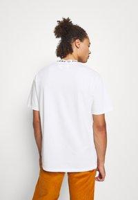 PRAY - DITO UNISEX - Basic T-shirt - off white - 2