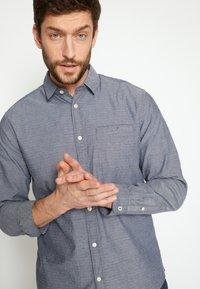 TOM TAILOR - REGULAR ORGANIC DOBBY - Shirt - navy chambray with white - 4