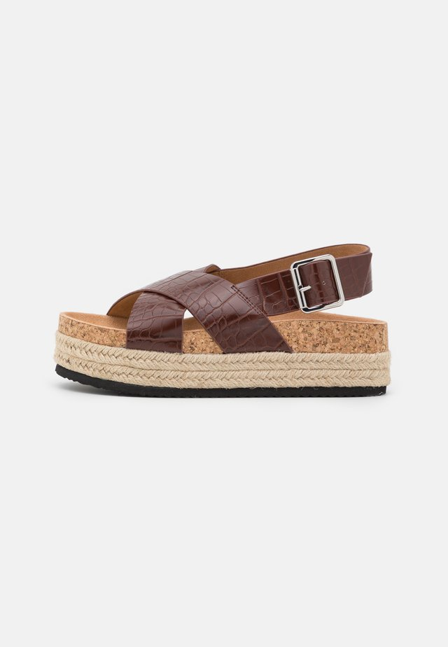 VEGAN JANNIKE - Sandalen met plateauzool - brown/medium dusty