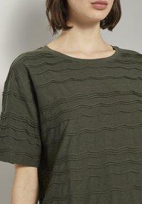 TOM TAILOR - TOM TAILOR T-SHIRT OVERSIZED-T-SHIRT MIT STRUKTURMUSTER - Print T-shirt - woodland green - 3