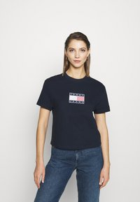 Tommy Jeans - STAR AMERICANA FLAG TEE - T-shirt imprimé - twilight navy - 0
