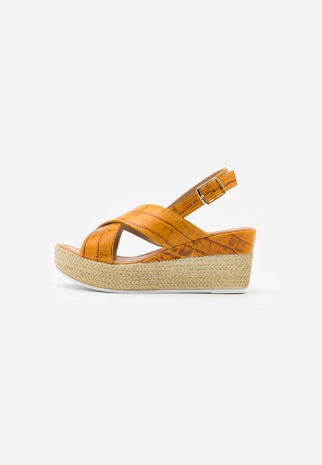 Sandály na platformě - saffron