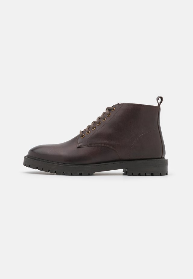 JAMES CHUKKA BOOT - Bottines à lacets - brown