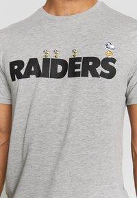 New Era - NFL SNOOPY TEE OAKLAND RAIDERS - T-shirts print - gray - 6