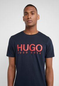 HUGO - DOLIVE - T-shirt con stampa - navy - 4