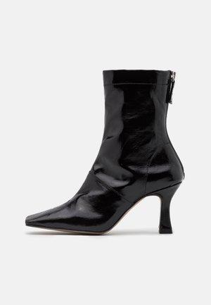 VEGAN VIVA FLARED BOOT - Kotníková obuv na vysokém podpatku - black