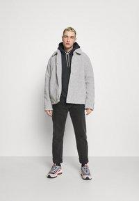 Nike Sportswear - HOODIE - Bluza z kapturem - black/smoke grey - 1