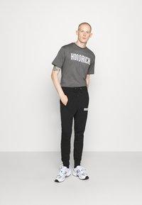 Hoodrich - CORE - Print T-shirt - charcoal - 1