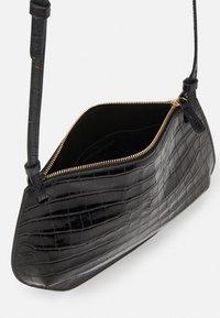 Little Liffner - PEBBLE CROSSBODY - Across body bag - black - 4