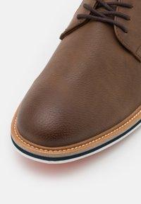 ALDO Wide Fit - OLIRANG - Chaussures à lacets - light brown - 5