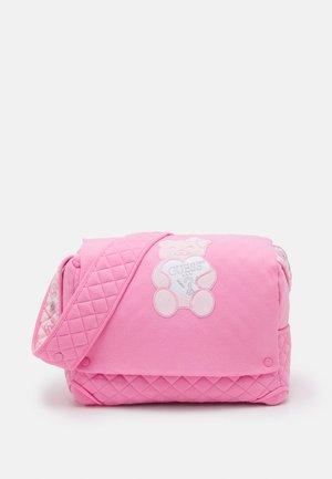 CHANGING BAG - Wickeltasche - trigger pink