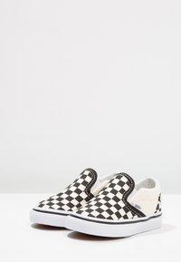 Vans - CLASSIC - Nazouvací boty - black/white - 3
