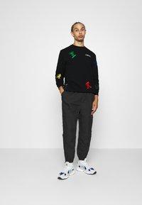 adidas Originals - GOOFY CREW - Sweatshirt - black - 1