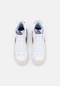 Nike Sportswear - BLAZER MID '77 UNISEX - High-top trainers - white/blue void/gold - 3