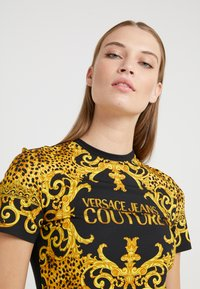 Versace Jeans Couture - T-shirt med print - gold - 3