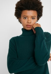 J.CREW - LAYLA TURTLENECK - Sweter - old forest - 3