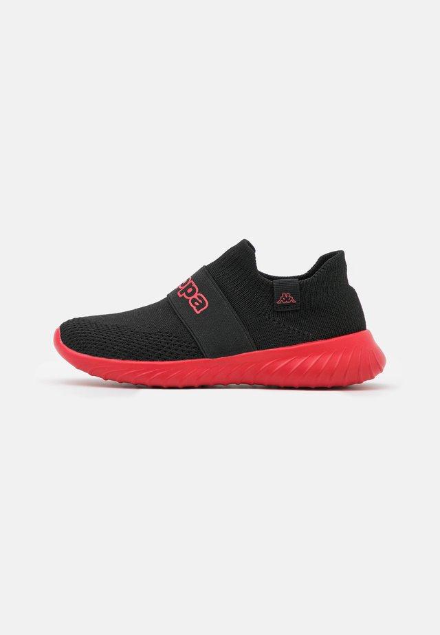 PEC UNISEX - Chaussures d'entraînement et de fitness - black/red